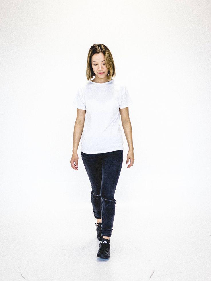 Chandail blanc simple pour femme. Tee-shirt blanc minimaliste. Vêtement écologique et fait au Québec. www.vymoo.com