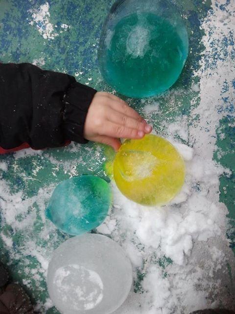 Eisballons - Das kommt dabei heraus, wenn man mit farbigem Wasser gefüllte Ballons über Nacht gefrieren lässt.