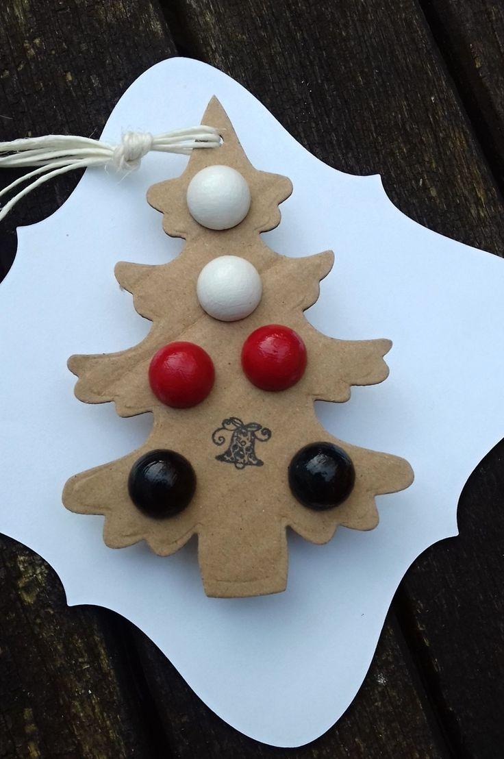Pecky+černé,+bílé+a+červené+Náušnice+pecičky+na+dárkové+kartičce+ve+tvaru+stromečku,+vhodné+jako+vánoční+dárek.+Pecičky+jsou+dřevěné,+barvené+akrylovou+barvou+a+přelakované.+Průměr+pecičky+je+12+mm.+Cena+za+3+páry.