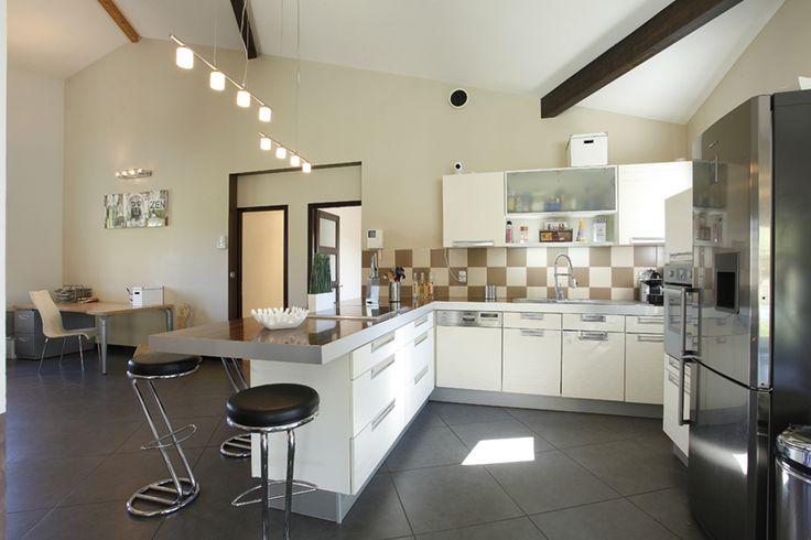 Rénovation maison ancienne Cuisine contemporaine rouge et blanche