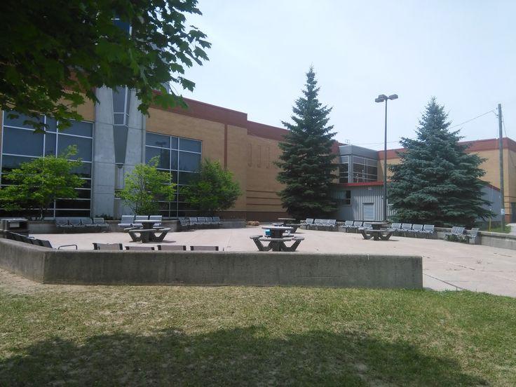 """St. Benedict school  zona de comida      """"Área de Toronto: Programa en casa de familia    El programa se desarrolla en comunidades situadas al suroeste de la provincia de Ontario, a una hora del centro de Toronto y a hora y media de la frontera americana y de las Cataratas del Niágara.    #WeLoveBS #inglés #idiomas #Canadá #Toronto #Ontario"""""""