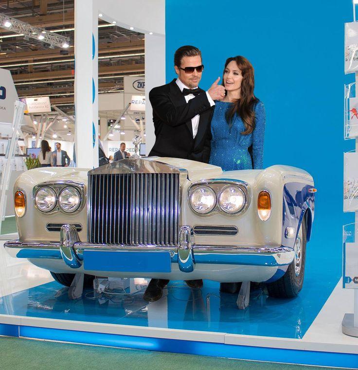 Jak Wam się podoba Angelina Jolie i Brad Pitt ? Oczywiście stoją za pięknym biurkiem z Rolls-Royce Motor Cars  Rolls-Royce - AGMC Dubai Rolls-Royce plc