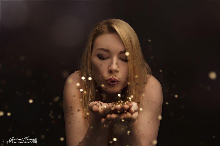 #glitzer #sterne #pusten #sparkling #shine #woman #portrait #model #goldenimage #dresden #studio #weihnachten #silvester