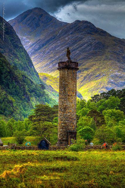 Glenfinnan Monument - mal nicht mit Loch Shiel im Hintergrund, sondern mit schottischer Bergwelt