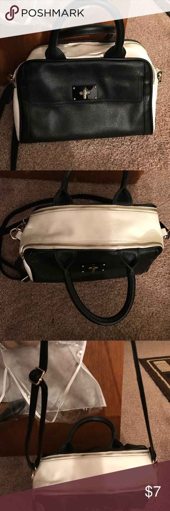 Black and white bag Nice medium size black and white purse o Merona Bags Shoulder Bags