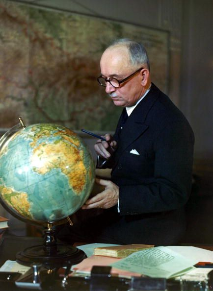 War and Conflict, World War II, pic: Feb 1943, Dr, Edouard Benes (Edvard Benes), exiled President of Czechoslovakia studying the globe. (Photo by Popperfoto/Getty Images)
