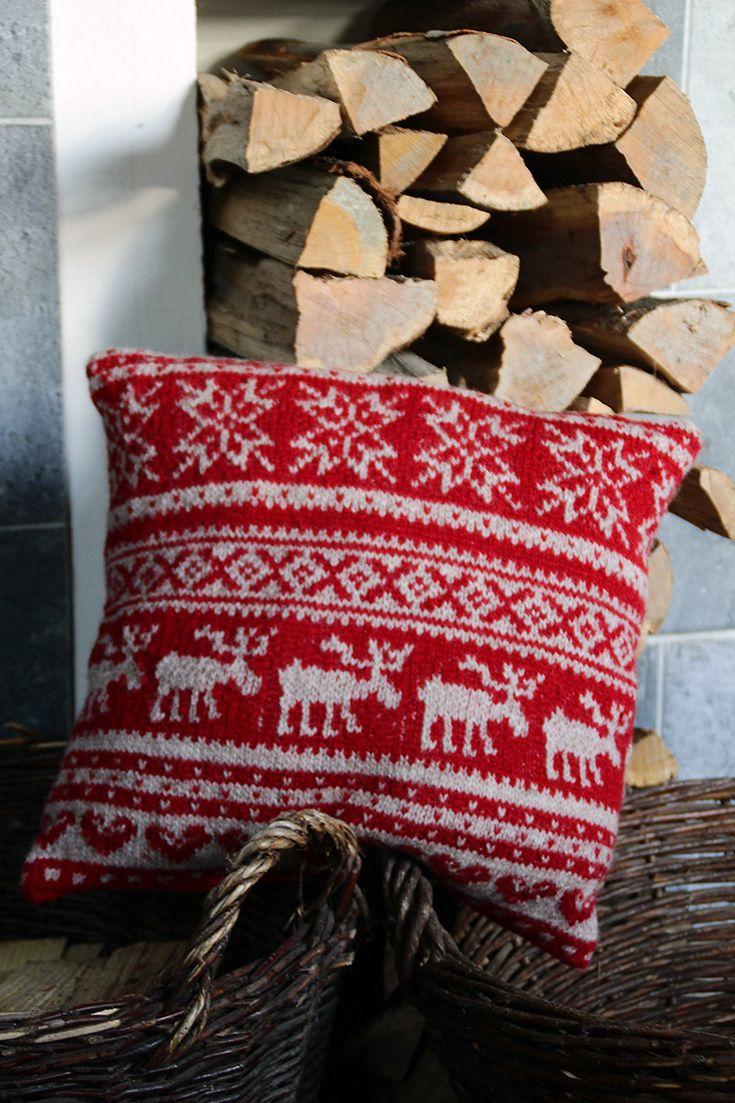 Weihnachtskissen. Das Kissen wird rund in Fair-Isle-Technik gestrickt, also nur rechte Maschen stricken. #stricken #Handarbeit #Anleitung #Kalender #Knitting #Wool #Handknit #Pattern #Kissen #wohnen #Einrichtung #Wolle #Sofa #Couch #rot #weiß #Winter #Weihnachten #winterlich #weihnachtlich #Deko #Elch #Stern #Sterne #Schneeflocke #Schnee #Flocke #Eiskristalle #Muster