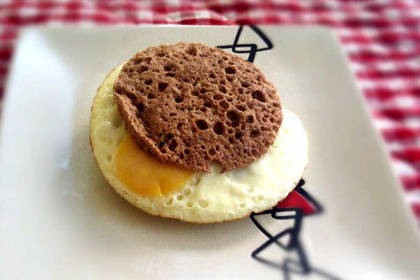 Se tem um lanchinho que amo desde sempre é pão com ovo. A diferença é que agora eu faço meu próprio pão low carb e gluten free, que fica pronto em menos de 2 minutinhos! Veja o passo-a-passo......