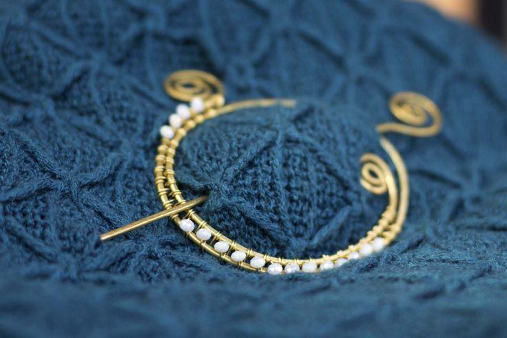 Spilla wire in ottone, ferma-capelli ottone, con perle agata bianche sfaccettate, stile retrò. di EliFilieMetallo su Etsy