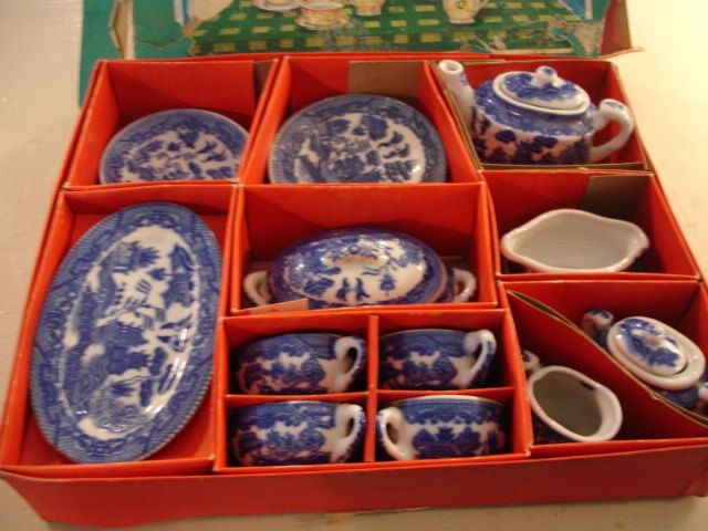 Vintage 1940's Child's Blue Willow China Tea Set.   Now I see my child tea- dinnerset assembled in its origenal box. I have it in another mold, but complete like this.