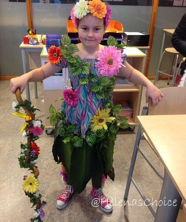 My baby girl wanted to be a Flowergirl @ school for carnaval. So I made her this costume and she was so happy about it.