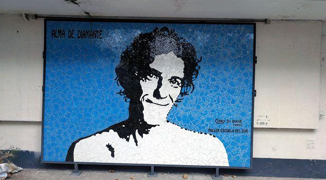 Un mural que homenajea al músico y compositorLuis Alberto Spinetta ilumina un oscuro pasillo ferroviario de Buenos Aires.