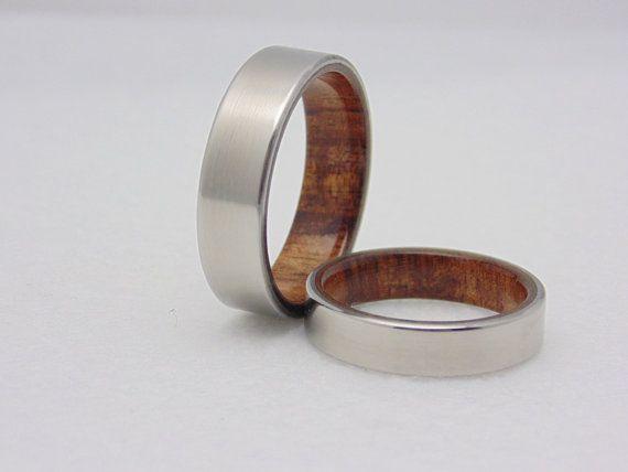Titan Eheringe mit Hawaiian Koa Holz Liner!  Preis ist für beide Bands, verlassen, die gewünschte Breite in Nachricht an Verkäufer bei der Kasse.  Nicht sicher welche Größe Ring benötigen Sie? Werfen Sie einen Blick auf diese... https://www.etsy.com/listing/216431768/custom-ring-sizers-3-try-on-sizing-rings?ref=shop_home_feat_4   Ringe gezeigt sind 7 und 4 mm breit Das Eisenholz ist mit einer dauerhaft wasserdichte Oberfläche versiegelt. Kein Cookie-Cutter-Computer generiert Cnc Arbeit hier…