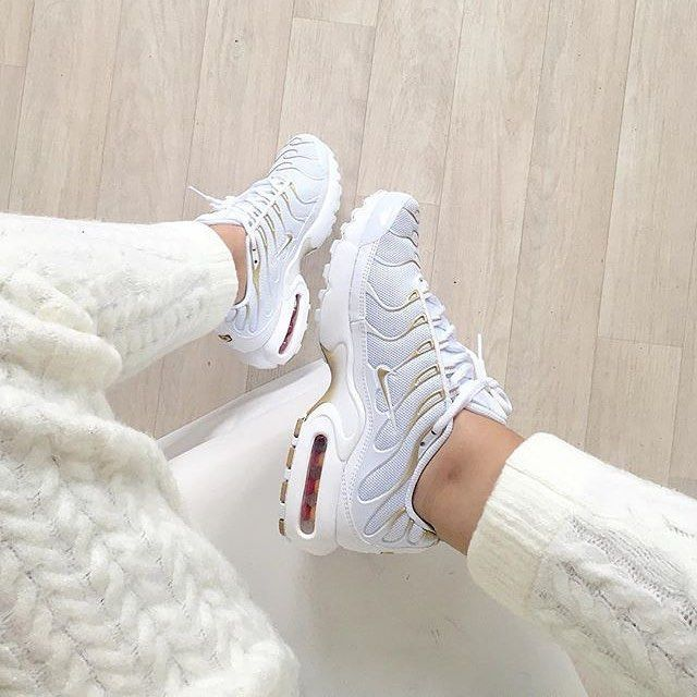Sneakers femme – Nike Air Max Plus (© nawellleee
