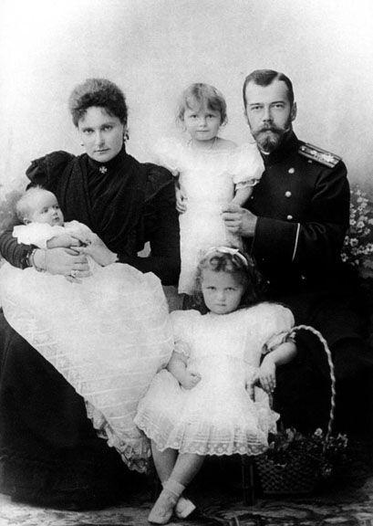 The Romanov Family - Nicolau II, Alexandra Feodorovna, Olga, Tatiana and the baby Maria Nikolaevna Romanova.