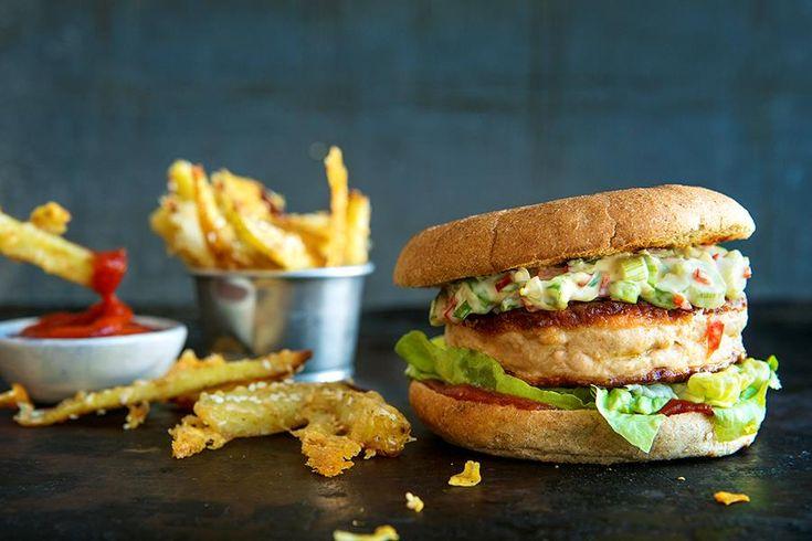 lLakseburger er lett og kul sommermat – i hvert fall hvis du lager tilbehør som rocker skikkelig! Oppskrift på lakseburger med asiatisk remulade.