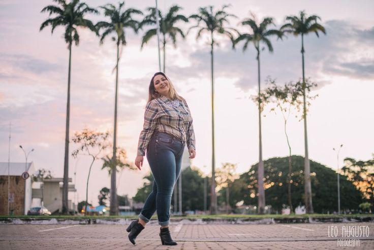 Débora Fernandes prova a Camisa Xadrez Plus Size da Palank, marca pioneira no mercado GG no Brasil.
