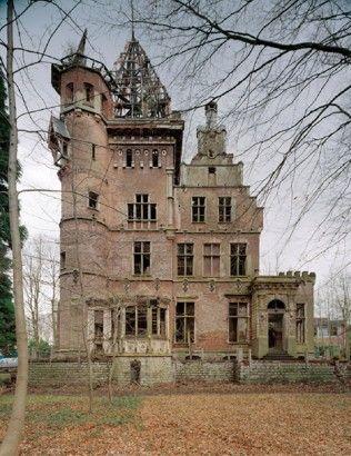 Château Charles-Albert Watermael-Boitsfort Belgique. Ce château de style Renaissance Flamande date de 1897. Il a été réhabilité en 2014.
