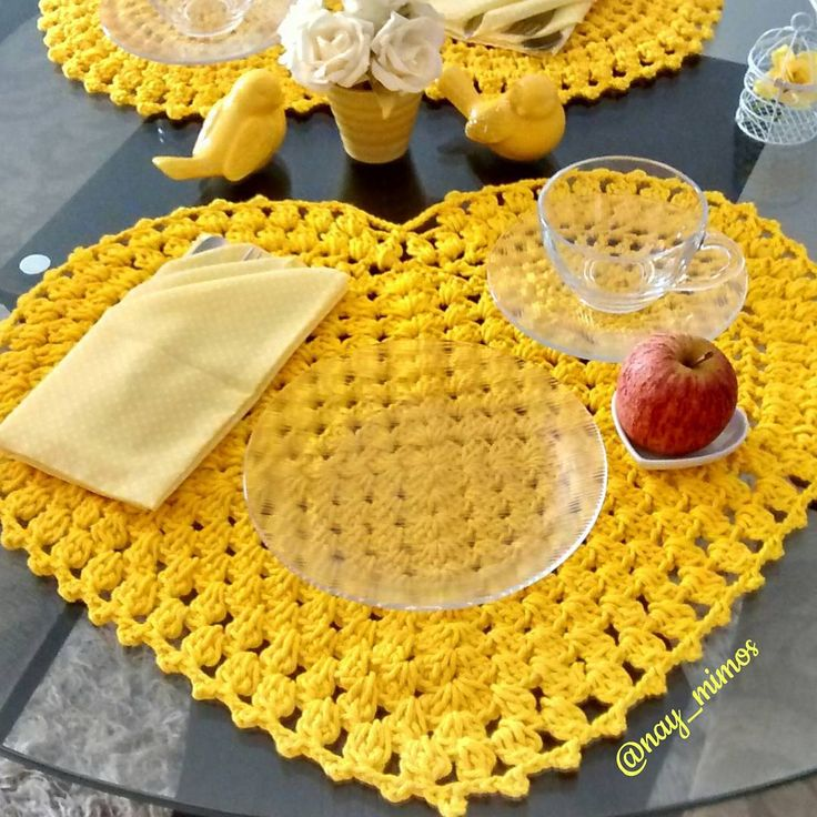 """""""Bom diaaa amarelinho e em especial para a querida @aurinhagold  @bordandoavida que me presenteou com esse lindo jogo americano de crochê em formato de…"""""""