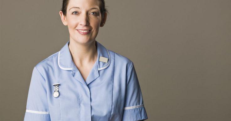 Definición de enfermera clínica especializada. Después de recibir la formación básica como una enfermera registrada, algunas enfermeras profesionales vuelven a la universidad para cursar estudios avanzados. Hay una serie de puestos de enfermería avanzados disponibles para enfermeras, incluida la función de enfermera clínica especializada.