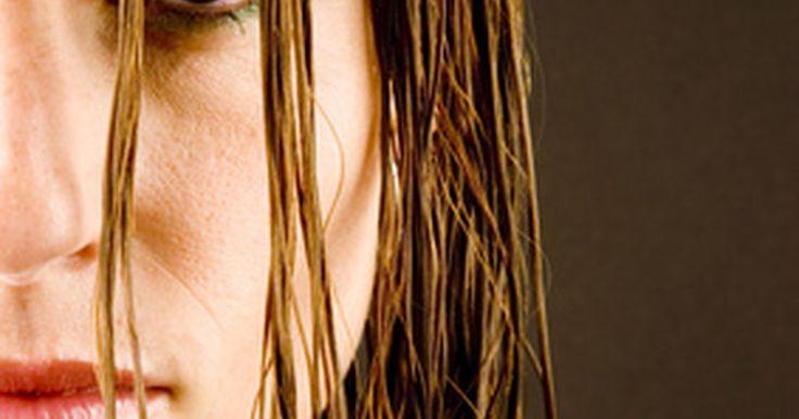 """Como dar um visual amassado aos cabelos lisos. Dar ondas """"amassadas"""" ao cabelo é uma opção de penteado para mulheres que desejam dar volume ao seu visual diário de maneira fácil -- tudo o que você precisa fazer é aplicar mousse ao cabelo molhado. Infelizmente, este penteado não pode ser feito em todos os tipos de cabelo. Se você tem fios que são particularmente lisos ou finos, talvez seja ..."""