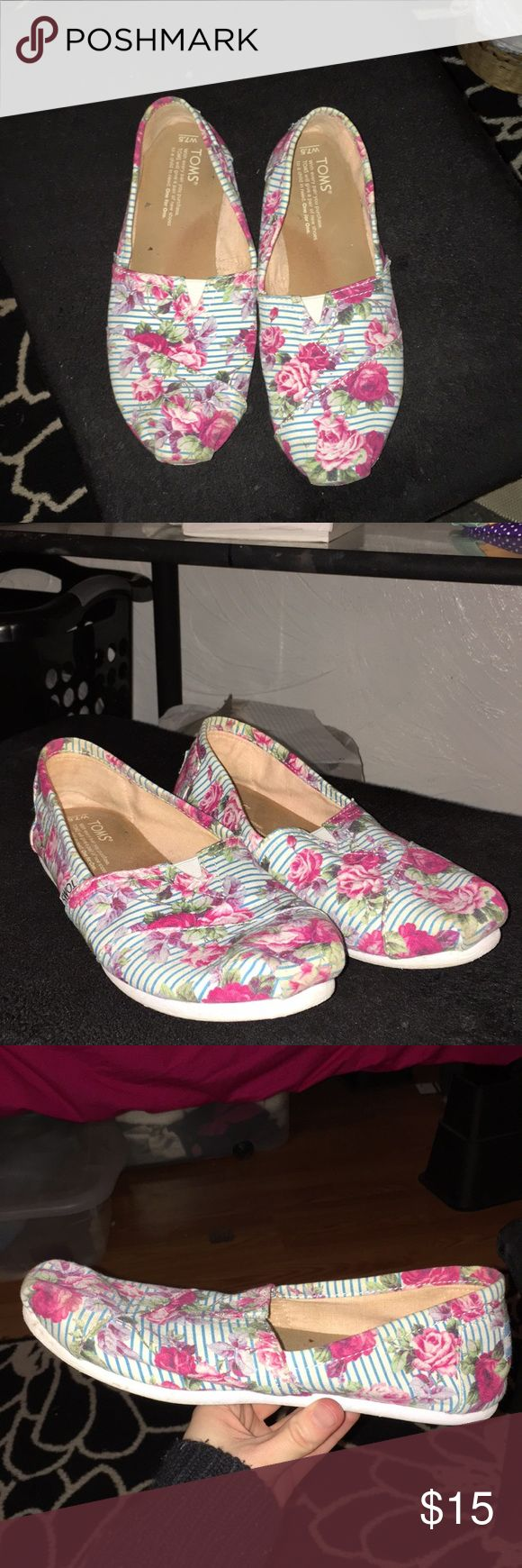 Floral toms Fun floral patterned toms   So perfect for a spring outfit   Worn quite a bit but haven't been touched in a year and a half Toms Shoes Flats & Loafers