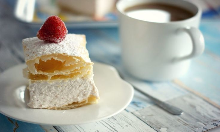 Kremówka truskawkowa czyli ciasto francuskie z puszystym kremem. Niebo w gębie!