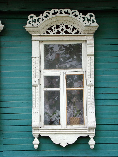 Uglich, house window with wood carving