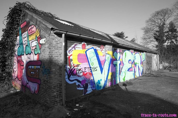 Street Art sur des garages abandonnés à Doel - édouard photographie © Trace Ta Route