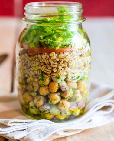 Essa receita de salada no pote é super prática e perfeita para levar na marmita. Com grão de bicos, cereais e folhas, você vai ter uma refeição leve e saudável.