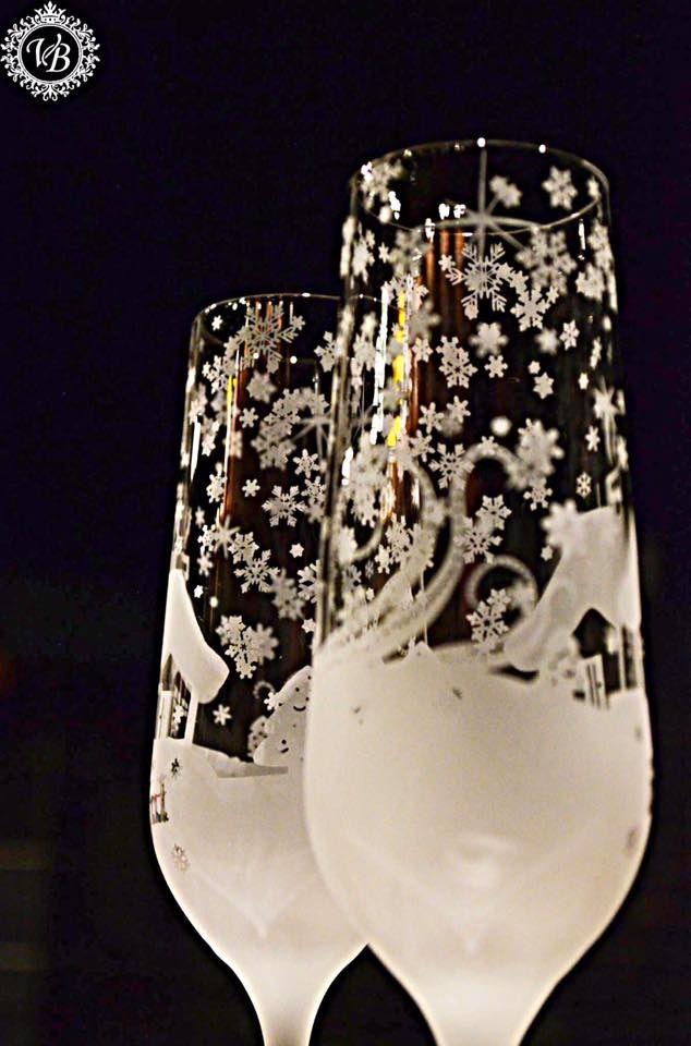 ✨✨✨✨✨✨✨✨✨✨En bordsammensetning alle vil huske! ⭐️Design motiv på dine egne glass, ✨✨og  bruk dem som ⚪️unike skilt plate ⚪️som gjestene vil sette pris på.⚪️ Besøk vår hjemmeside, www.unikgave.no, for inspirasjon og bestilling. ✨✨✨Perfekt for årets konfirmasjon✨✨, bryllup ✨✨eller en hyggelig sammenkomst ✨✨med gode venner. ➰➰➰➰➰➰➰ ⚜️Mvh UNIKGAVE gravering på glass®