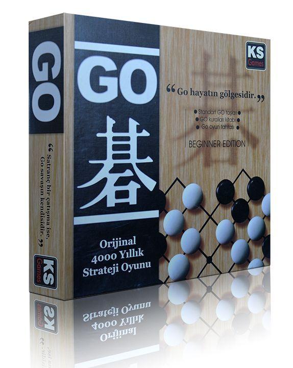 """Go 4000 yıllık geçmişe sahip """"strateji"""" oyunudur. Japonya'da Go'ya """"yalnızca"""" bir oyun gözüyle bakılmamış, bir yaşam felsefesi, bir yol haline gelmiştir. Go lüx versiyonu içinde özel Ahşap sehpası, Kitap ve orjinal Go taşları ile sunulmaktadır."""