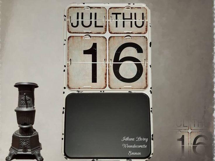 Tijdloze metalen kalender met krijtbord. Natuurtinten 48x27x2cm.