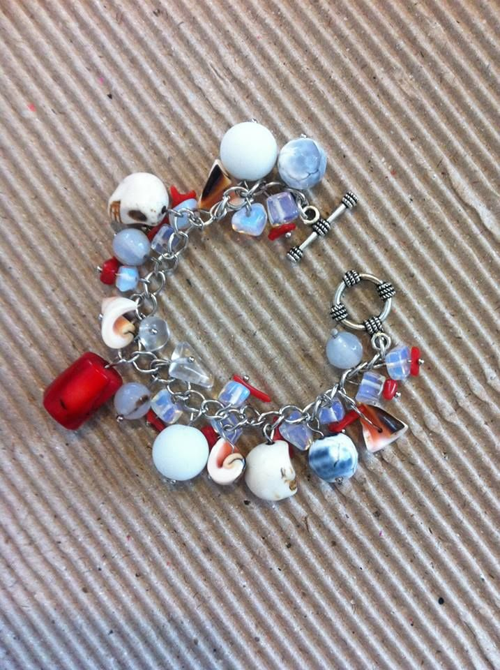 Браслет из коралла, лунного камня, ракушек и металической фурнитуры. Bracelet, hand made.