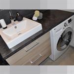 Plan vasque et machine à laver astucieusement intégré dans un espace réduit dans Appartement Paris 18ème . Idée décoration de salles de bain Design et Contemporaines sur Domozoom.