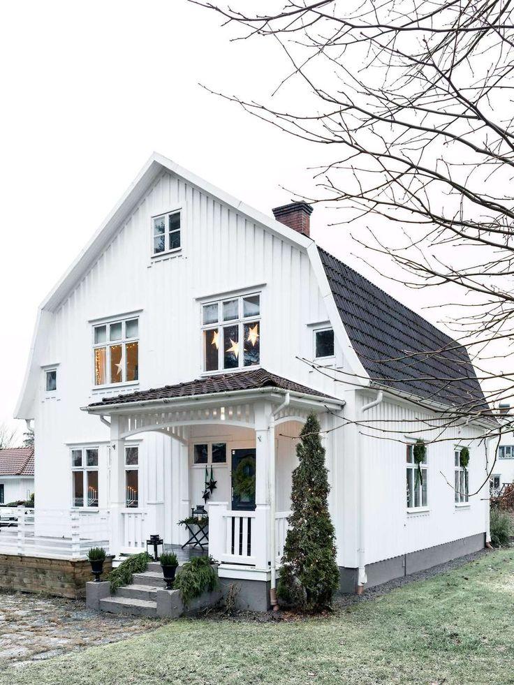 FLORISTENS GRÖNA JUL I SMÅLAND | Till jul smyckar floristen Anna Elwing familjens vintervita villa i Gislaved med blommor och grönt. Det blir en jul som doftar ljuvligt! Grangirlanger och kransar utanpå fönstren. Innanför lyser ljusstakar och stjärnor och sprider ett varmt sken. Den vita trävillan med brutet tak och ståtliga korsfönster är vackert dekorerad. Redan på håll syns att här bor någon som älskar jul och har gröna fingrar.