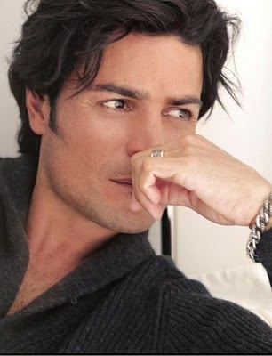 Chayanne... now why does that wedding ring on his finger make him all the more sexy?