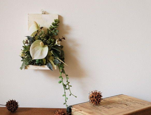 L字の板の台座をアンティーク加工しグリーンと白のシルクフラワー(造花)をアレンジしました。水やり不要で、永くお楽しみ頂けます。フレーム裏に吊り金具を付けていま...|ハンドメイド、手作り、手仕事品の通販・販売・購入ならCreema。