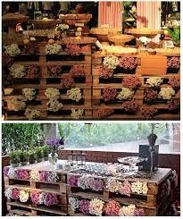 Pallets empilhados, usados como suporte ou com flores.