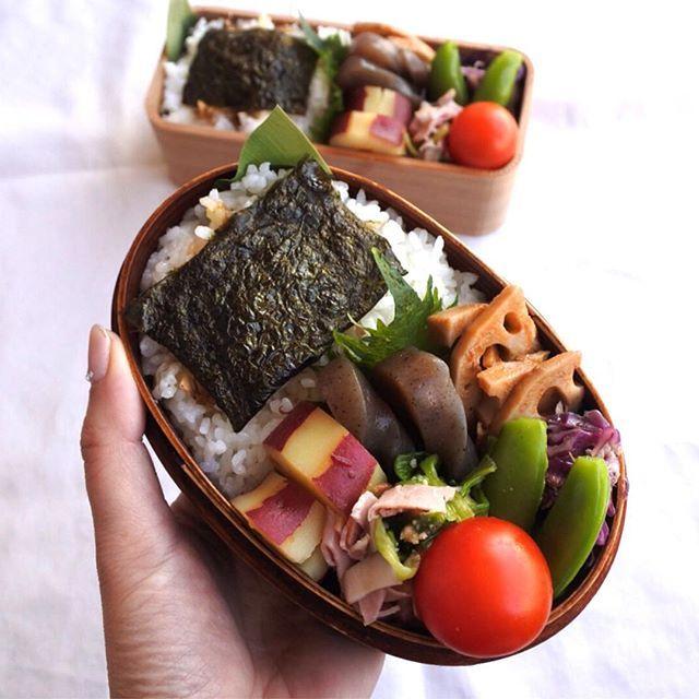 nori_nori_koおはよう 今日のお弁当 作り置きおかずを全て消費すべく⇦言い訳 #ベジ弁当 のサラメシ さすがに肉体改造中の中3男子には塩胡椒で豚肉焼て詰め込みました ・ 最近の中3男子、めちゃよく食べる…。学校帰宅後、冷蔵庫のキムチや納豆やハムや卵で冷凍ごはんをチンしてペロリ。しら〜っと何もなかったかのように夕飯も食べる。朝 冷凍ごはんを解凍しようと…ない!ごはんがない!卵がない!ハムがない!私 朝からパニクる ・ 食欲旺盛、ガツガツ食べる中高校生男子って憧れてたから「も〜!食べたら報告せい」とブツブツ小言を言いながらも、これよ〜男子の母♪と思ったりね ・ ・ #子どもの成長を楽しもう ・ それ、金曜日ラストスパート いってらっしゃい いってきます ・ #おうちごはん #お弁当#中学生弁当#わっぱ弁当#お昼ごはん#lunch