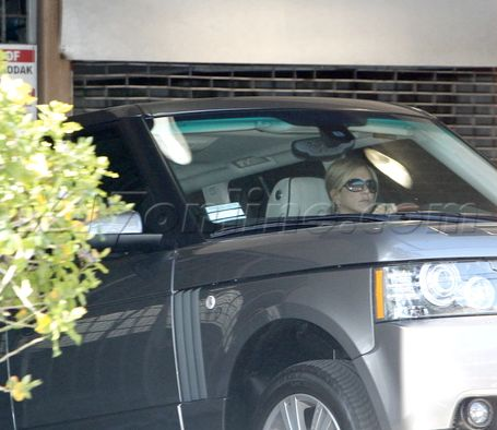 Jennifer aniston was spotted exiting a parking garage in for Garage land rover brest