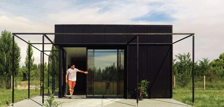 Construído na 2014 na General Roca, Argentina. Imagens do Bruno Tarenzi. A Casa PRO.CRE.AR 01 está localizada em Padre Stefenelli, a poucos quilômetros da Ciudad de Gral. O terreno de 1000 m² é parte de uma área maior,...