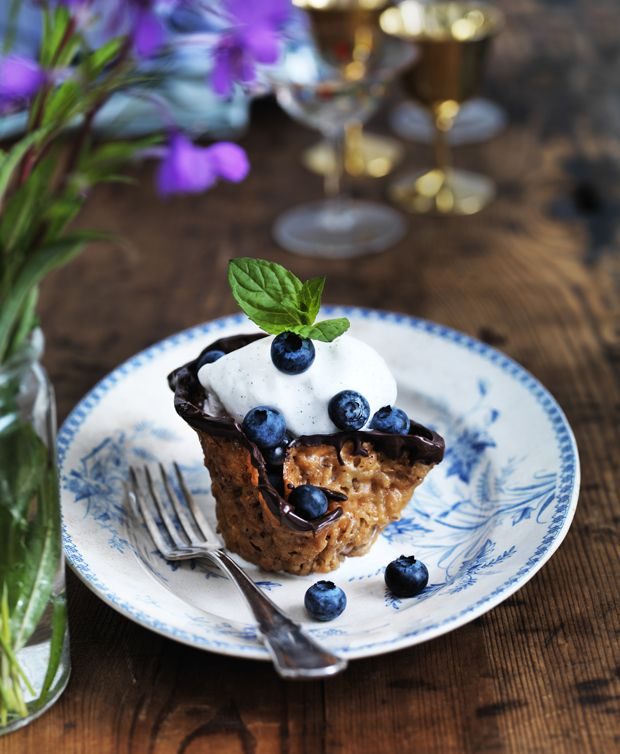 Nøddekurve med is og bær er en klassisk dessert, som alle kan lide. Nøddekurve er ikke svære at bage selv - bare du er forsigtig, så de ikke knækker. Vi guider dig trin for trin.