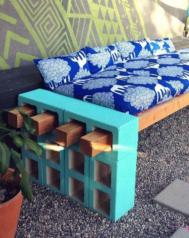 Eine simple Garten-Sitzbank aus Betonsteinen und passenden Holzbalken