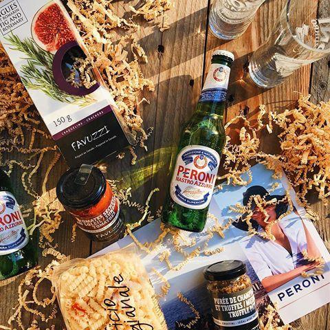 🌡☀️🍺J'ai trouvé le kit parfait pour pouvoir survivre aux canicules de cet été en bonne compagnie, et ça commence avec une bière italienne!  Merci @Peroni_ca #MaisonPeroni #PeroniQC  _____  #onthetable #chasinglight #chasingsummer #mtlmoments #shotoniphone