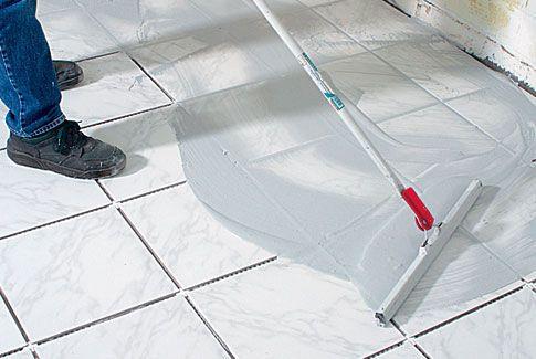 Das Verfugen 1x1. Nachdem der Fliesenkleber ausgehärtet ist, steht man vor der Frage, welcher Fugenmörtel der richtige ist. Und auch die Menge ist entscheidend. Der Verbrauch pro Quadratmeter kann von 0,4 kg (Standardfliese 15 x 15 cm, 3 mm Fuge) bis zu 1,5 kg (10 x 10 cm Mosaik-fliese, 5 mm Fuge) variieren. Den Fugenmörtel auf den Boden gießen und mit einer Gummilippe verteilen.
