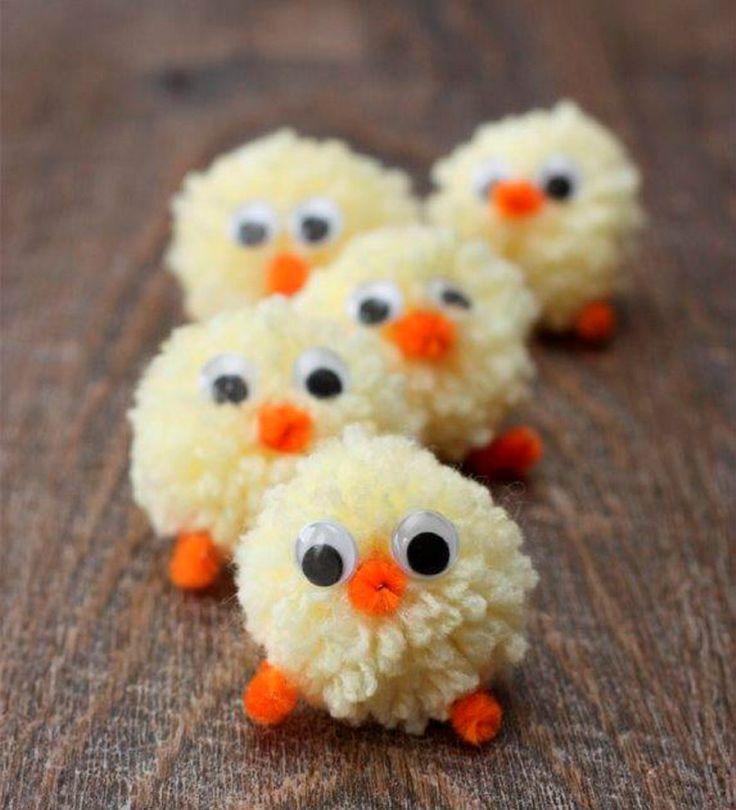 Vil du lage noe enkelt sammen med barna og samtidig få brukt opp litt garn i fra restekurven, så er små kyllinger og andre dyr du kan lage av pomponger en fin fellesaktivitet både til påske og resten av året.