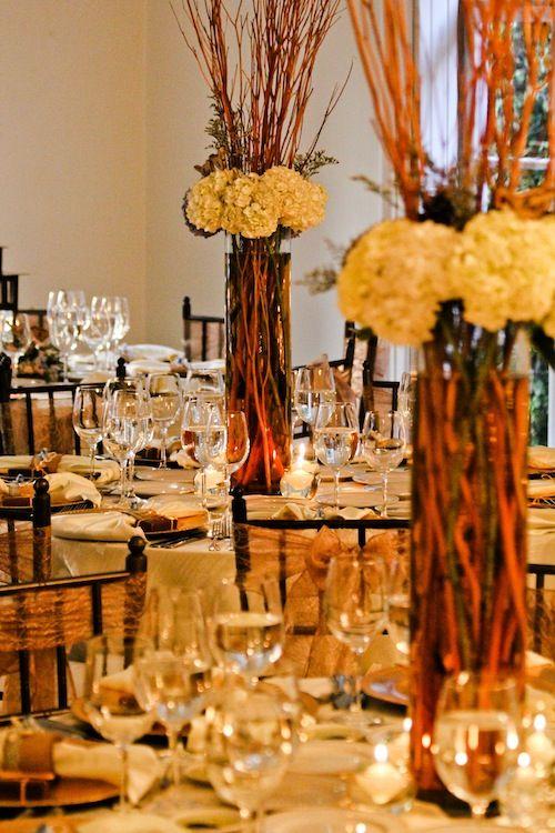 Centros de mesa altos con hortensias y chamizos. www.fullbodas.com