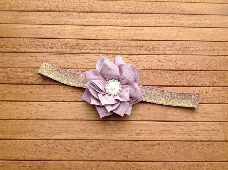 Elegant lilla hårbånd med gammelrosa blomst til baby og børn made by MargretheDesigns. Elagant og enjkelt hårbånd.