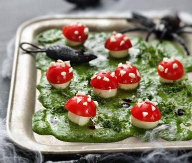 Bjud på flugsvampar på Halloween! Halva körsbärstomater blir svampens hatt, minimozarella blir svampens fot. Gräset gör du av krasse och marken av en mix av basilika, färsk spenat, olivolja, citronsaft och vatten. Farligt nyttigt!